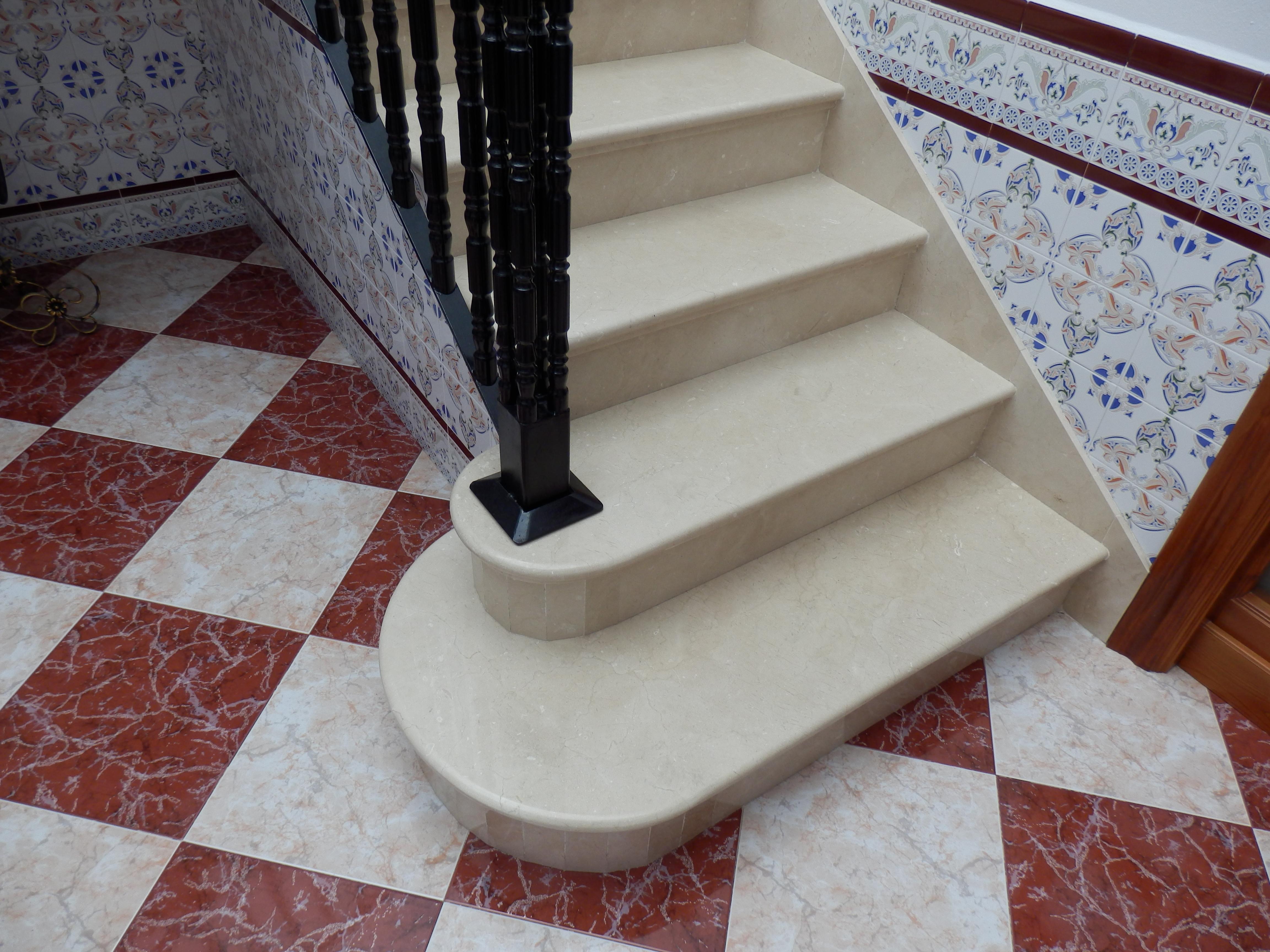 1 Escalera en Crema Marfil